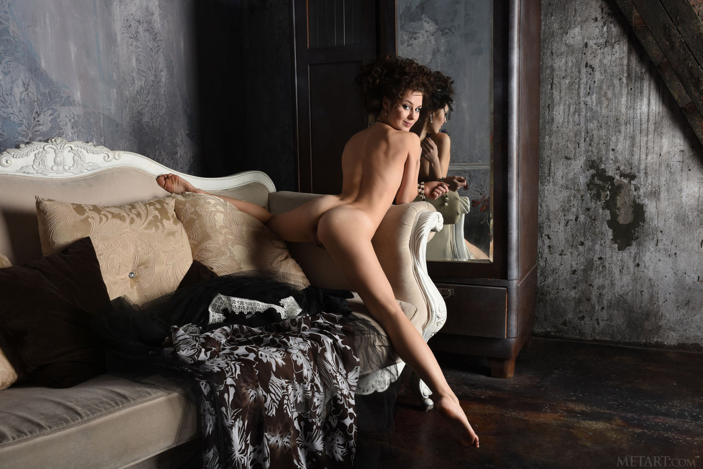Gothic-style get-up brunette showing her luxurious pussy up close