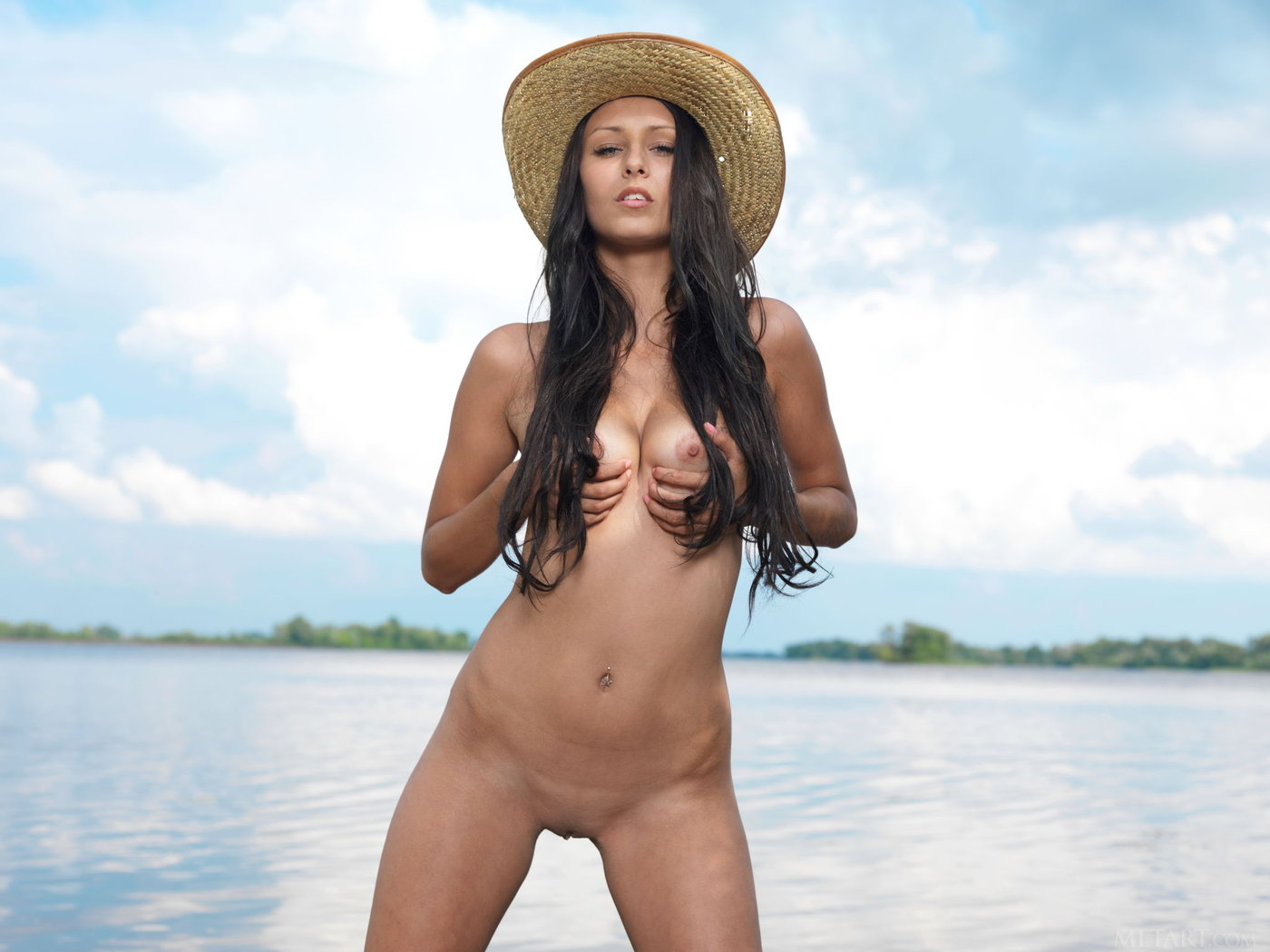 hat-wearing dark-haired hottie shows that juicy pussy on a beach