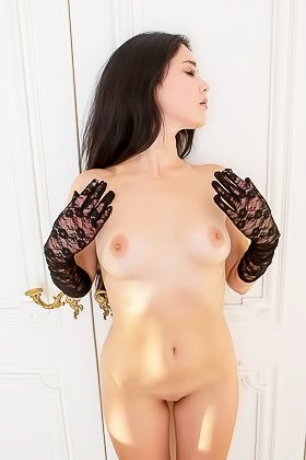 Naked brunette puts on her stylish black gloves and poses seductively Videos