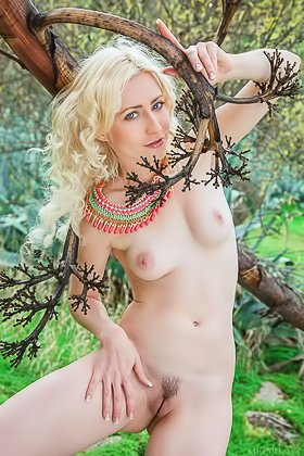 Blue-eyed blonde with wavy hair shows her trimmed pussy outdoors Videos