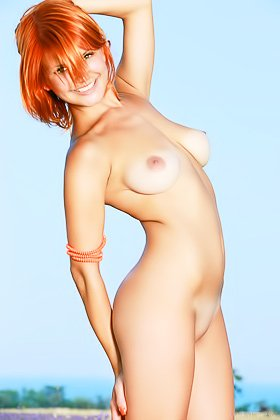 Redheaded cutie with short hair posing completely naked in a field Videos