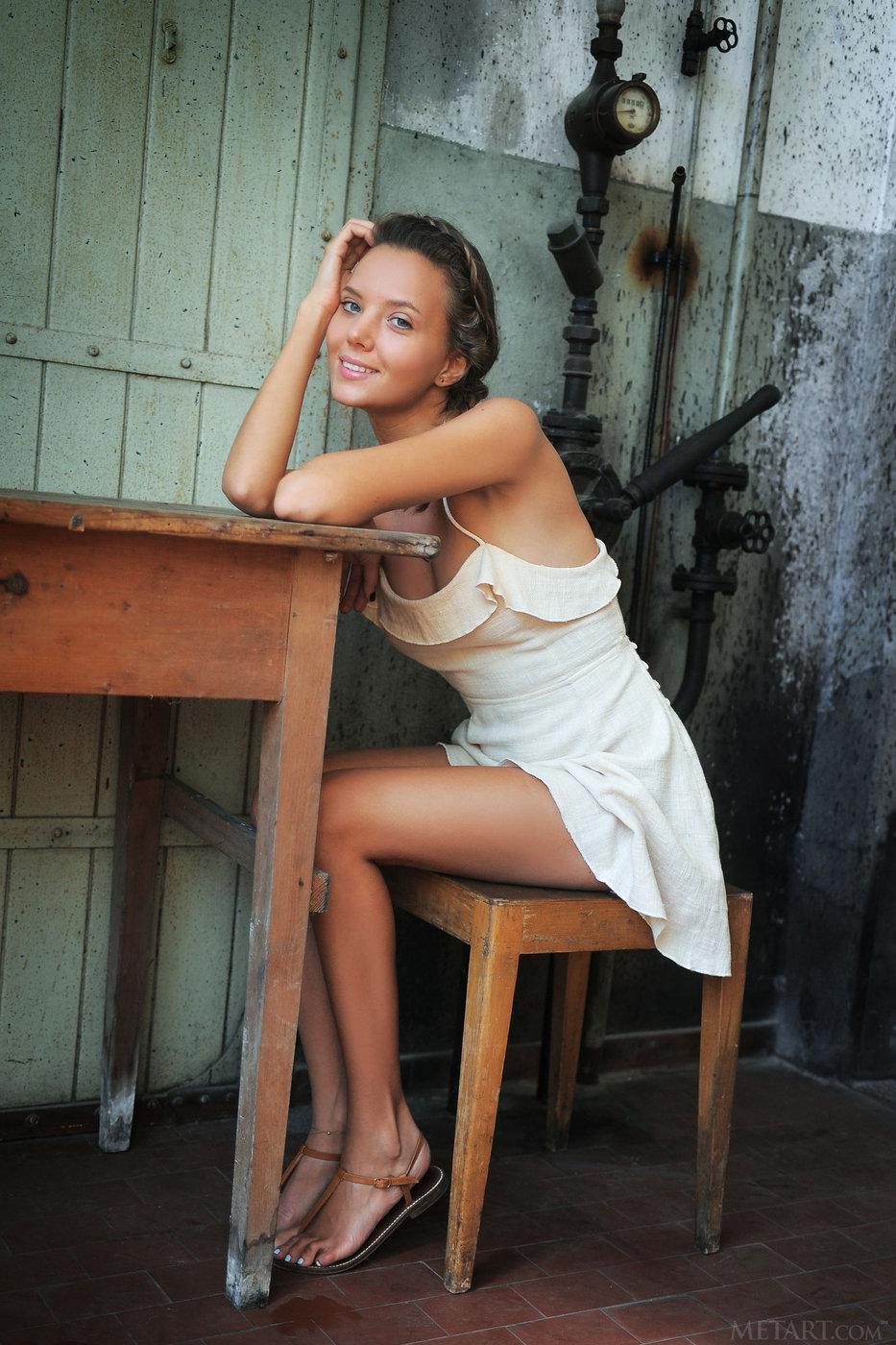Her Spreads Dominica Legs Leoni