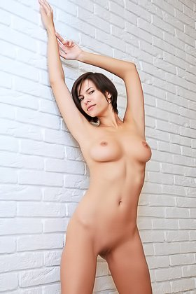 Short-haired older brunette with a big mouth posing completely naked Videos