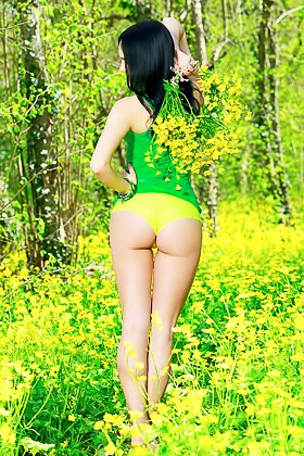Green t-shirt and yellow panties forest nympho brunette gets naked Videos