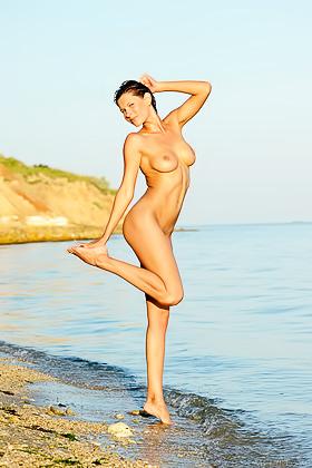 Sporty short-haired brunette posing on the rocks, completely naked Videos