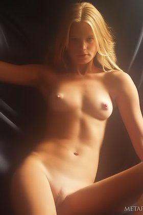Sexy blonde shows her half-naked body in a dreamlike solo gallery Videos