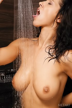 Frizzy-haired hottie with a cute smile showering and seducing you Videos