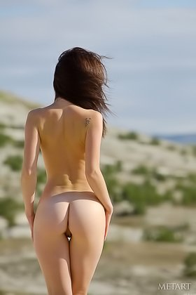 Shameless brunette prepping to reach outdoor orgasms somewhere by the hill Videos