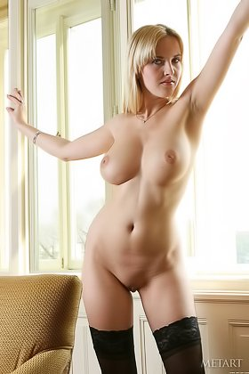 Assertive blonde with big natural boobs posing in a sun-lit room Videos