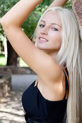 Blonde with a winning smile shows pussy while posing outdoors Videos